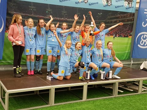 Jentene i Nedre Rønvik IL vant siste nyttårscup.