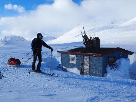 Moskanhytta i Indre Troms, en av Statskogs åpne buer.