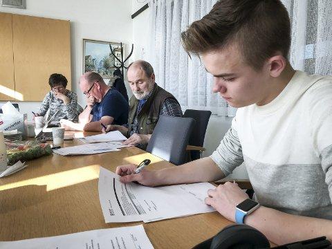Testgruppe: Fem personer tester nettsiden og dokumenter for klart språk.Foto: Meløy kommune