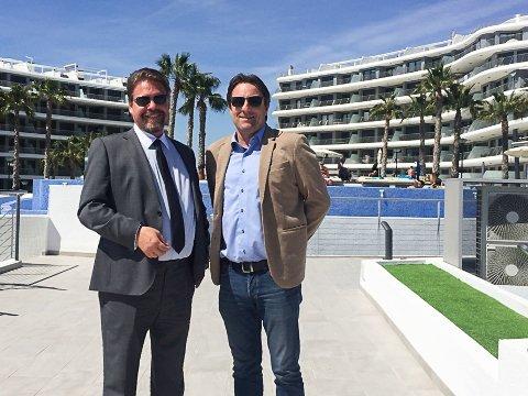 INGEN SIESTA: Frank-Håvard Storvik i TM-Norge er stadig i Spania for å jobbe med salg av boliger. Her er Storvik (til høyre), sammen med Bjørn Manson, som er ansvarlig for Europa.