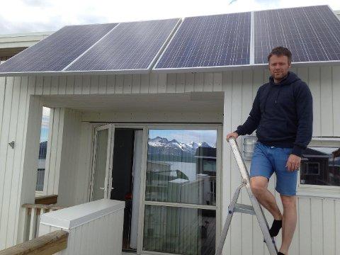 Fornøyd: Tom-Rune Borgan er fornøyd med solcelletaket, som leverer strøm nok til 12.000 kilometer kjøring med elbil. Foto: Privat