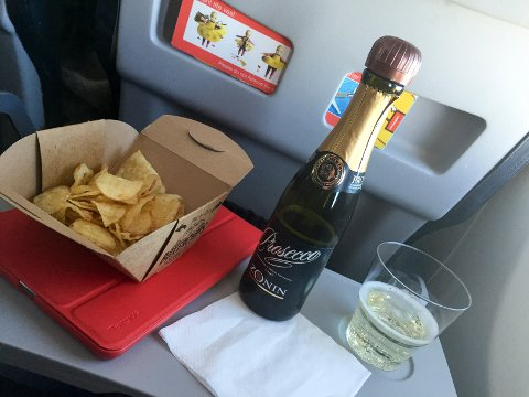 20151021. Prosecco-flaske ombord på  fly. Vinflaske. Illustrasjonsbilde. Potetgull, chips. iPad. Foto: Marianne Løvland / NTB scanpix