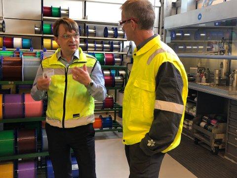Ny bragd: Nexans har sluttført leveransen til gigantfelt i Nordsjøen. Bildet er tatt i en annen sammenheng. Det var når Karl Peter Johansen fabrikksjef hos Nexans og Håkon Ivarjord prosjektdirektør i Equinor for Askeladd-feltet så fram til å starte produksjon fra Rognan.
