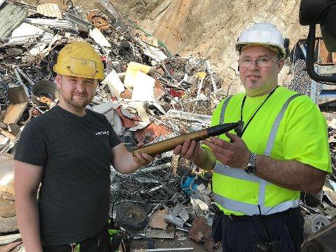 """Mikael Robertsen (t.v.) og Ragnar Røsnes i Iris Produksjon med """"granaten"""" som dukket opp i metall-avfallet etter visuell kontroll."""