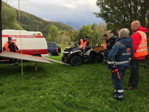 Det pågår en stor leteaksjon i området Leirfjordgård i Sørfold