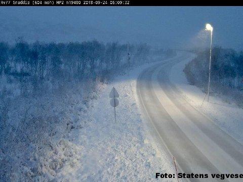 Snøen har lagt seg flere steder i Nordland. Her fra Riksvei 77 i Graddis. Meteorologene oppfordrer folk til å kjøre forsiktig.