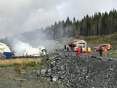 Det brenner godt i søppelbilen som står på Skanskas område ved Åkvik. Ingen har kommet til skade som følge av brannen. Foto: Vegard Olsen