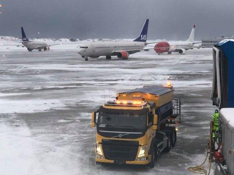 Flyene står og venter på Bodø lufthavn, og kommer seg ikke til gate.