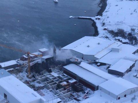 Friarfjord  20190127. En mann i 30-årene er antatt omkommet i forbindelse med en kraftig brann i to bygg hos en lakseoppdretter i Friarfjord i Finnmark. Foto: Kystvakten / NTB scanpix