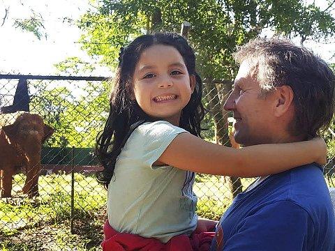 Kritikk: Adoptivfar Asbjørn Bye er hard i sin kritikk av norske myndigheter som nekter å la Agnes fra Paraguay bo i Hamarøy sammen med ham og kona Beatriz, Agnes sin mormor. Foto: Privat