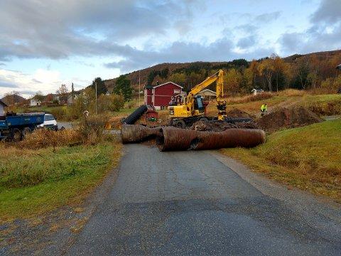 Eilif Iversen og kona føler seg innesperret etter at Meløy kommune har igangsatt arbeidet med å skifte ut ei stor stikkrenne. Foto: Privat