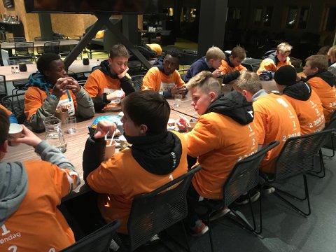 Før guttene skulle sove ute, fikk de servert varm suppe.