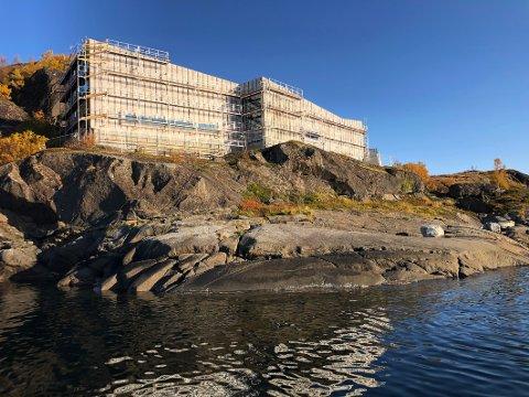 Høyt og flott: Visningssenteret utenfor Skutvik oppføres av Thore Magnussen og Sønn AS. Det får en grunnflate på 350 kvadratmeter og vil rage sju meter over bakken på det høyeste.