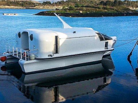 BYGGET SELV: Tønsberg-mannen Bjørn Mørdre (30) slo til da skroget til denne båten ble til salgs på Hitra. Siden har han brukt fem år på overbygget, der han drømte om å få en liten helårsbolig. Nå er han nødt til å selge prosjektet.