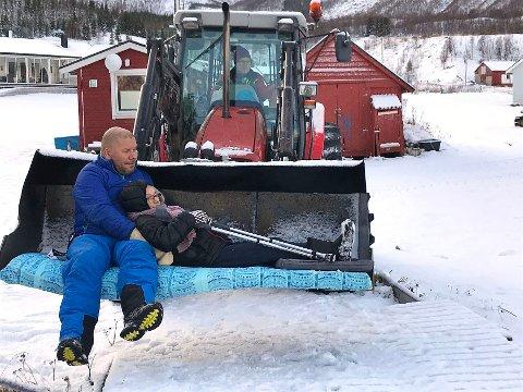 Dagens situasjon: Hvis pasienter i Musken må fraktes til kai i liggende stilling, er dette eneste måte å gjøre det på fram til årsskiftet; ta en traktorskuffe i bruk.