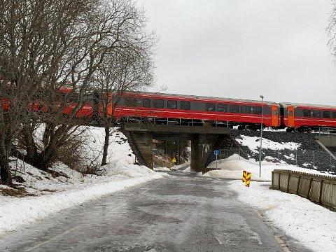 Passasjertoget måtte stanse like etter Reitan. Og rygge tilbake til stasjonen i Bodø. Her rygger det forbi Soløyvannsveien like etter klokken 14.00.