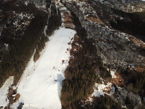 Det er lite som minner om skiforhold rundt Skarmoen, men i selve anlegget er forholdene gode. Foto: Skarmoen Alpinpark