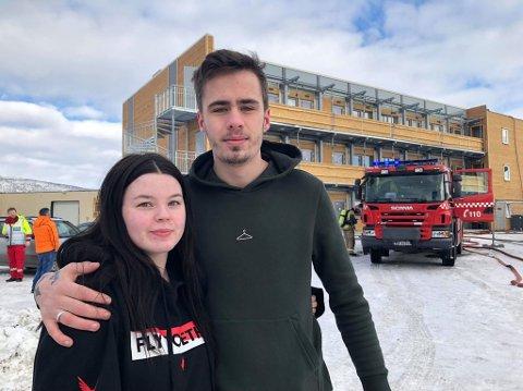 Bor i tredje etasje: Marita Unosen og Emil Strand forsto at de måtte komme seg ut av bygget da de hørte brannalarmen, lørdag formiddag.