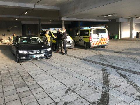 Politiet er på plass med tre patruljer, som alle er bevæpnet.