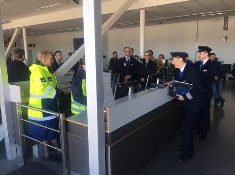 Kapteinen for SAS-flyet orienterer passasjerene om hva som hadde skjedd.