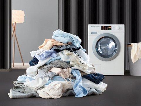TIDSKLEMMA: Om du føler du ikke har tid til klesvasken, er du ikke alene: Nordmenn finner lite tid på klesvasken og det fører blant annet til gjenbruk av undertøy. Foto: Miele