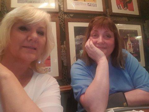 Ser det positive: Nina Helene Myrland (54) og Elise Carslen (59) fra Bodø er blant de 87 passasjerene som sitter fast på Bodø lufthavn denne påskeaften, men det tar ikke humøret fra de to damene.