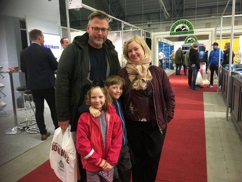 Pappa Trond-Ivan Blomsø og mamma Therese Blomsø hadde tatt med barna Thea (7) og Teodor (7). De ønsket inspirasjon til en nyinnkjøpt hytte ved Vatnvatnet.