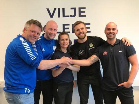 Tor Skaugerud (Junkeren), Runar Bo Eriksen (Junkeren), Anette Nybø (NTG), Mio Kristiansen (BHK) og Sebastian Steffens (NTG) med en felles handshake etter å ha kommet fram til en ny avtale.