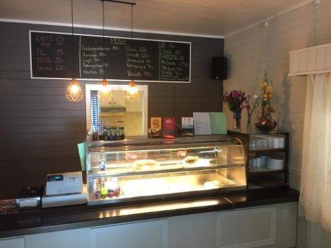 Yvonne Strømdal Hoff har solgt kafeen Bobler og Brus på Jektvik. Ny eier er Jucelia Alves Lorentsen.