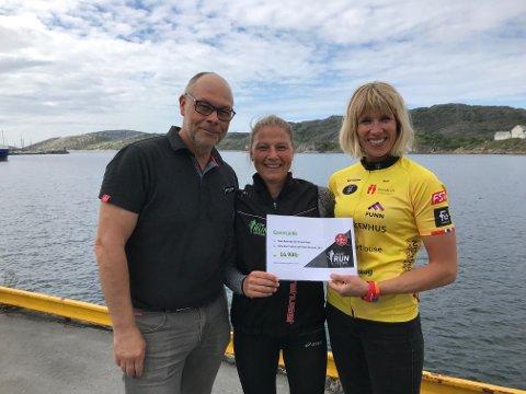 Rolf Hakkim og Gro Marie Thomassen overleverte en sjekk på 16.900 kroner til Team Rynkeby God Morgon Bodø, her ved Maria Løding Storm.