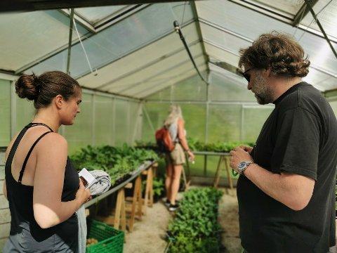 På befaring: Landbrukssjef Marianne Hoff er her i dialog med gårdsbestyrer Finn Arne Almås, som driver Bodin-4H-gård. Nå ser Marianne Hoff og Elin Kvamme på mulighetene til å etablere flere lignende tilbud i deres kommune.