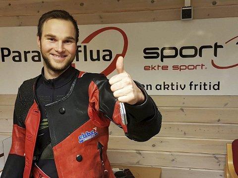 Tommel opp: Gøran Helgesen er på medaljejakt under NNM i skyting i Harstad. Saltdal-skytteren har et meget godt utgangspunkt foran feltfinalen. Foto: Privat