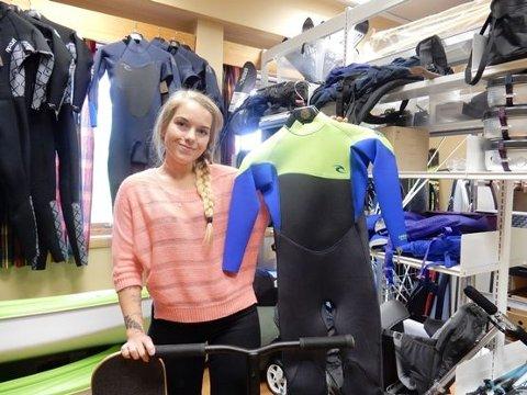 Holder sommeråpent: Bibliotekleder Kristine Nordal med våtdrakt, rullebrett og sparkesykkel. Det er bare en liten forsmak på utstyret, som kan lånes i sommer.