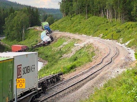 Nordlandsbanen er sperret mellom Namsskogan og Majavatn. Bane Nor er usikre på når banen er åpnet igjen, men i beste fall kan det skje på mandag.