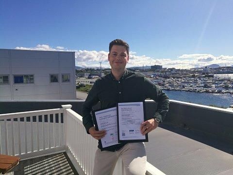 Kvalitetsleder Aleksander L. Pedersen med sertifiseringene.