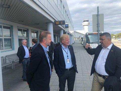 God stemning: Regjeringen røper viktig nyhet i forbindelse med Ny by - ny flyplass-prosjektet. Fra venstre Høyres ordførerkandidat i Bodø, Lars Vestnes, konsernsjef i Avinor, Dag Falk-Petersen og Olje- og energiminster Kjell Børje Freiberg.