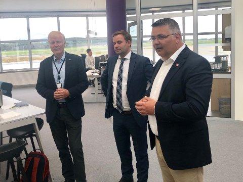 God stemning: Regjeringen røper viktig nyhet i forbindelse med Ny by - ny flyplass-prosjektet. Fra venstre konsernsjef i Avinor, Dag Falk-Petersen, statssekretær i Samferdselsdepartementet, Allan Ellingsen og Olje- og energiminster Kjell Børje Freiberg.