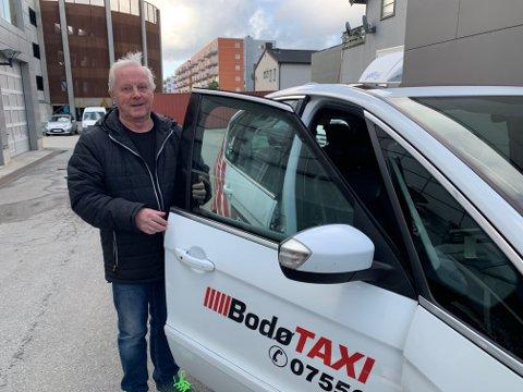 FORNØYD: Onsdag hentet Arne Akeren drosjebilen sin etter service hos Sveins Auto.