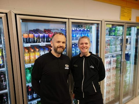 Butikksjef Terje Hansen og assisterende butikksjef Silje Pedersen Teksnes har solgt ekstra mye vann de siste to ukene på grunn av kokevarselet i Saltstraumen.