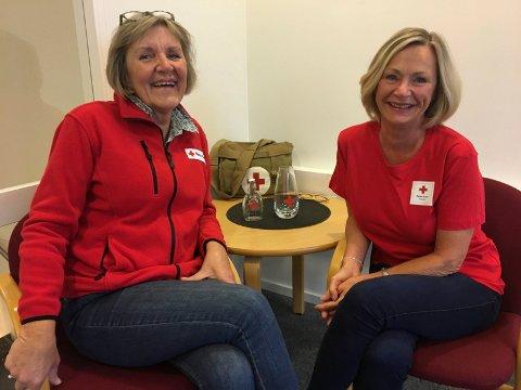 Jorunn Anda Aronsen og Leidis Mathisen i Bodø Røde Kors søker flere frivillige.