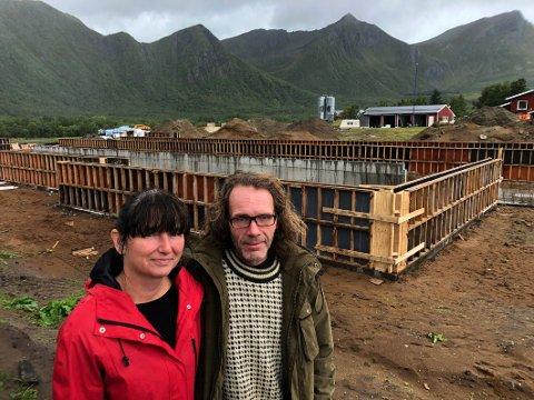 Langt nede: Inge Lynum og Elisabeth Dahl var langt nede etter den tragiske fjøsbrannen. Etter å ha kommet til hektene igjen har de valgt å se framover og å satse stort på en ny og topp moderne driftsbygning til 20 millioner kroner. Den skal stå ferdig i april 2020 og blir muligens den største i hele Salten.