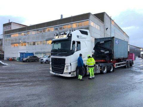 Sjekkes: Alle trailere som er innom The Quartz Corp på Drag i Hamarøy vil fra nå av bli sjekket både når det gjelder dekkutrustning, kjettingkrav og at lasten er sikret.