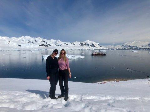 """Bodøværingene Selina Olufsen og Vilde Alsos tilbrakte julen i Antarktis. I Bakgrunnen ser vi skipet de seilte med, MS """"Midnattsol""""."""