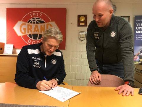 Her signerer Cato Hansen avtalen som gjør han til Grand-trener de neste to årene. Daglig leder Fred Anton Ravneberg er fornøyd. Foto: Stian Høgland