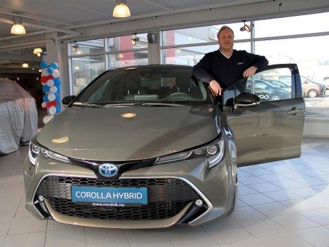 Corolla er en av verdens lengstlevende bilmodeller. Mange trodde den var ferdig for noen år siden, men dagens hybrid er inne på salgstoppen.  På bildet er Tom Fossen, salgssjef Nordvik Toyota Bodø.