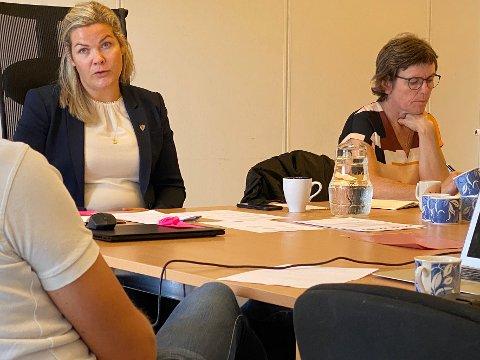 Stor utgift: Ordfører Aase Refsnes, her sammen med kommunedirektør Tordis Sofie Langseth (t.h.),  ber om endringer  for å få kompensert utgiftene til barnevern på en mer forutsigbar måte.