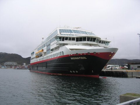 BODØ 20080505: Nordgående hurtigrute MS Midnatsol ved kai i Bodø på sin ferd mot Kirkenes. Torsdag 29. mai la Hurtigruten fram tallene for delårsregnskapene  1. kvartal 2008 som er blodrøde. Underskuddet er på 212 mill.  Foto: Vidar Knai / SCANPIX .