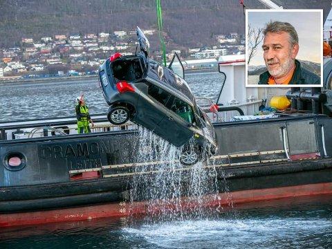 I HAVET: Leiebilen til Lars Oppegård måtte hentes opp fra havet.