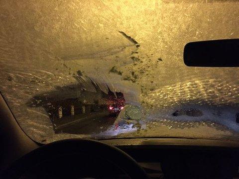 RISIKABELT: Å kjøre med denne sikten er noe av det farligste du kan gjøre. Dessverre er det fremdeles en del nordmenn som gjør dette.