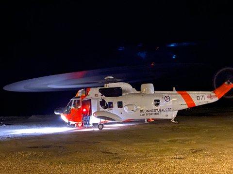 Her er redningshelikopteret ferdig med leteaksjonen. Personen er hentet ned og blir fraktet videre på hjul.